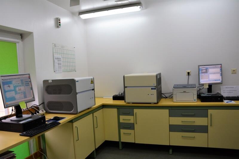 Termocykler Light Cycler 480 II to aparatura, która umożliwia przeprowadzanie testów wykrywania zakażeń koronawirusem.