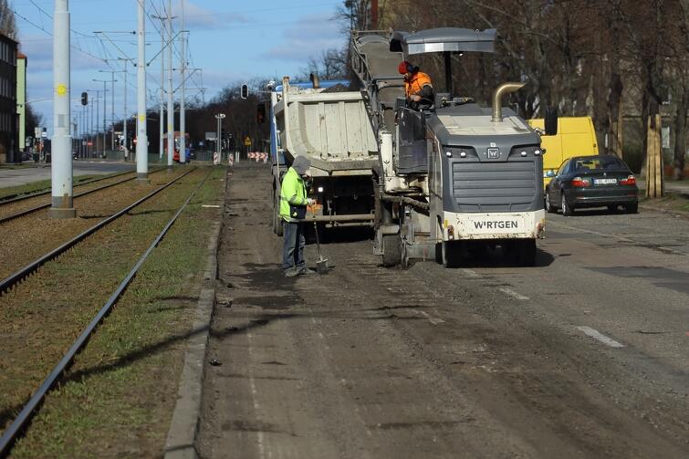 Prace remontowe prowadzone są na jezdni w kierunku Brzeźna, na odcinku od ul. Okrzei do ul. Mickiewicza oraz na odcinku od ul. Mickiewicza do ul. Kościuszki