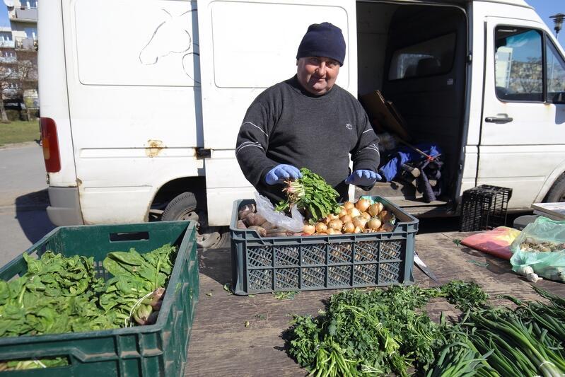 Zielony Rynek na Przymorzu - koronawirus przegonił część klientów i część sprzedających, ale przy zachowaniu zasad bezpieczeństwa wciąż dobrze kupić warzywa prosto od gospodarza albo produkty spożywcze