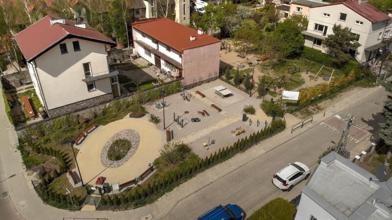 Przy ul. Jacka Soplicy w najbliższych miesiącach powstanie nowa piaskownica i trampolina dla dzieci .