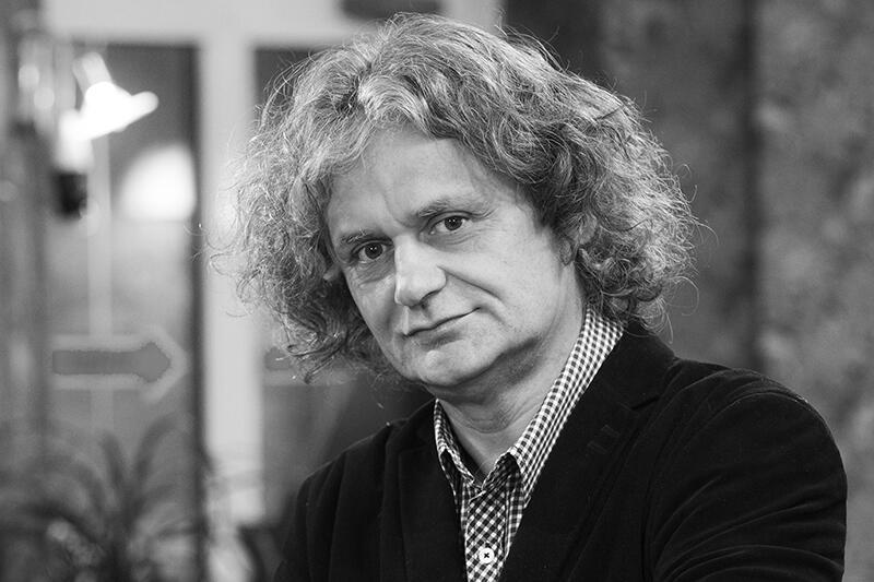 """Maciej Kosycarz (1964-2020) wyróżniał się już z daleka - z powodu bujnej czupryny i marynarskiego chodu. Przesympatyczny, pogodny, zawsze życzliwy. """"Kosego"""" znali w Gdańsku wszyscy albo prawie wszyscy"""