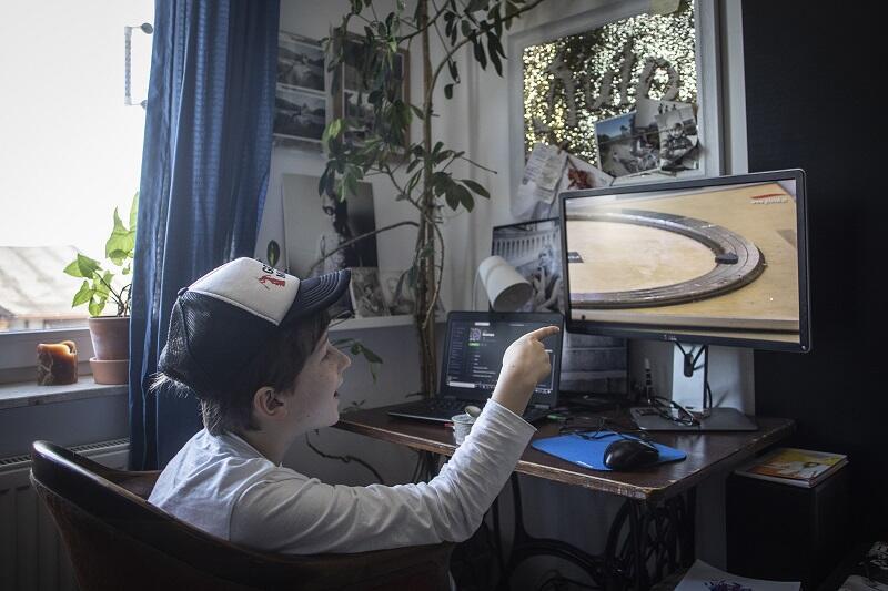 11-letni Janek ogląda pokaz naukowy edukatora Hevelianum na portalu gdansk.pl