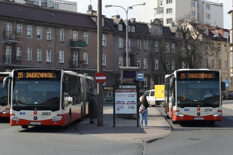 Od czwartku, 26 marca, wybrane kursy linii 115 (dojazdy do Uniwersyteckiego Centrum Klinicznego) oraz 111 i linii nocnej N8 (dojazdy do stoczni w Górkach Zachodnich i ze Stogów do centrum) realizowane będą autobusami przegubowymi