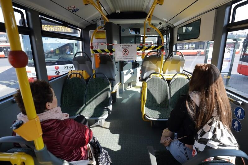 26.03. Pętla autobusowa przy dworcu we Wrzeszczu. Zgodnie z obowiązującymi przepisami pasażerowie mogą podróżować tylko na co drugim miejscu siedzącym. Nadal obowiązują strefy bezpieczeństwa dla kierowców oraz wstrzymana jest sprzedaż biletów w pojazdach