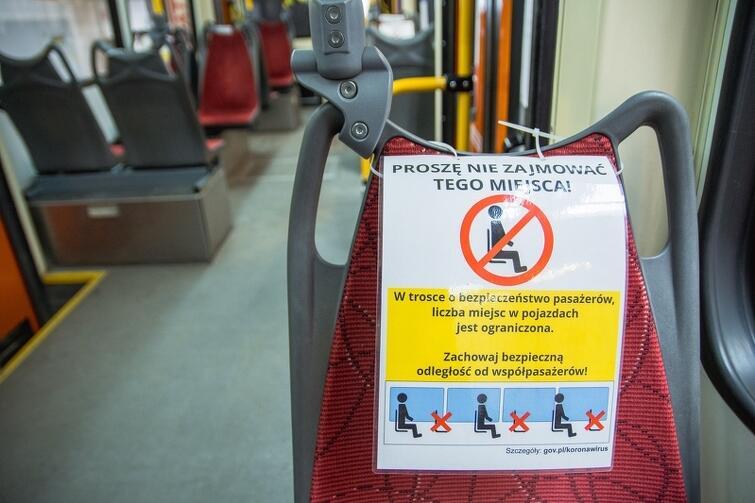 W miejskich pojazdach pojawiły się też prośby, by nie zajmować wyznaczonych miejsc