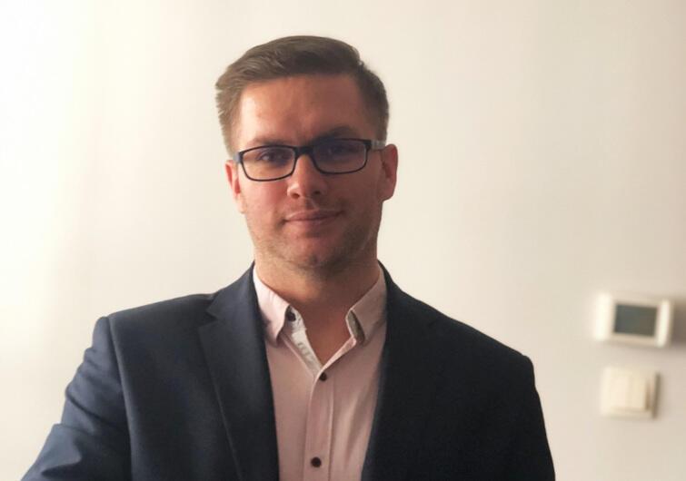 Inż. Grzegorz Kowalik, absolwent kierunku Informatyka WSB w Gdyni, jako pierwszy obronił pracę dyplomową zdalnie. To efekt zawieszenia zajęć na uczelniach na czas kwarantanny w związku koronawirusem
