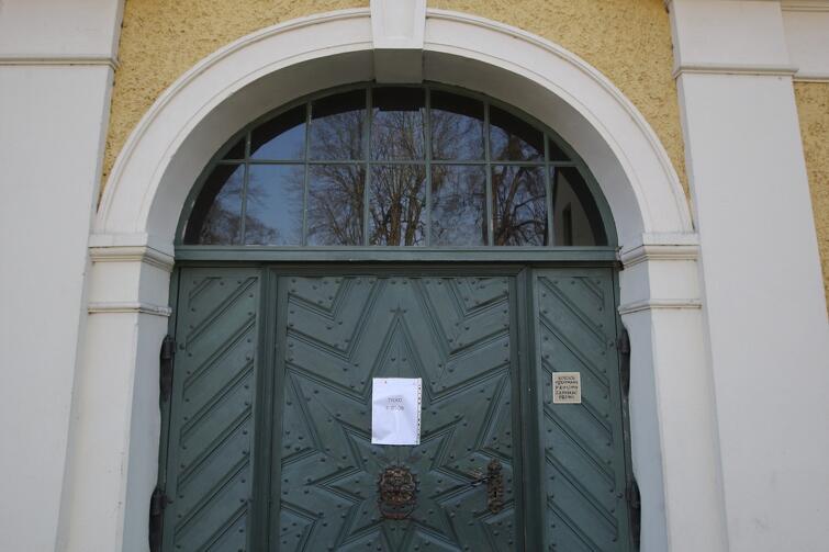 Ograniczenia dotyczą też kościołów. Nz. Wejście do Archikatedry Oliwskiej z kartką informującą, że wewnątrz może przebywać w jednym czasie do 5 osób