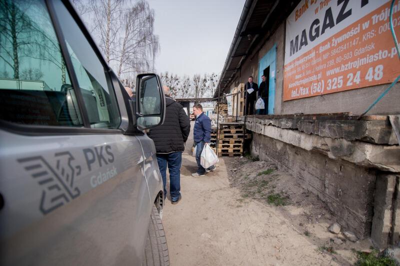 Żywność odbierana jest z Banku Żywności w Trójmieście. To organizacja pozarządowa, która zajmuje się pozyskiwaniem i dystrybucją żywności do potrzebujących