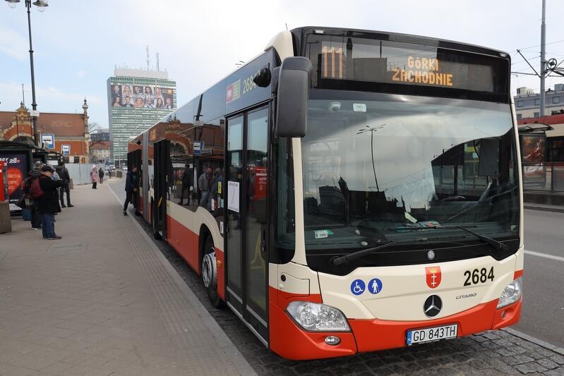 Autobus 111 w dni powszednie w szczycie porannym i popołudniowym wybrane kursy będą realizowane dwoma autobusami jednocześnie
