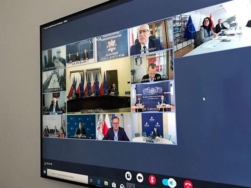 W spotkaniu za pośrednictwem łącza internetowego udział wzięli premier Mateusz Morawiecki, marszałkowie województw, prezydenci największych polskich miast i wojewodowie
