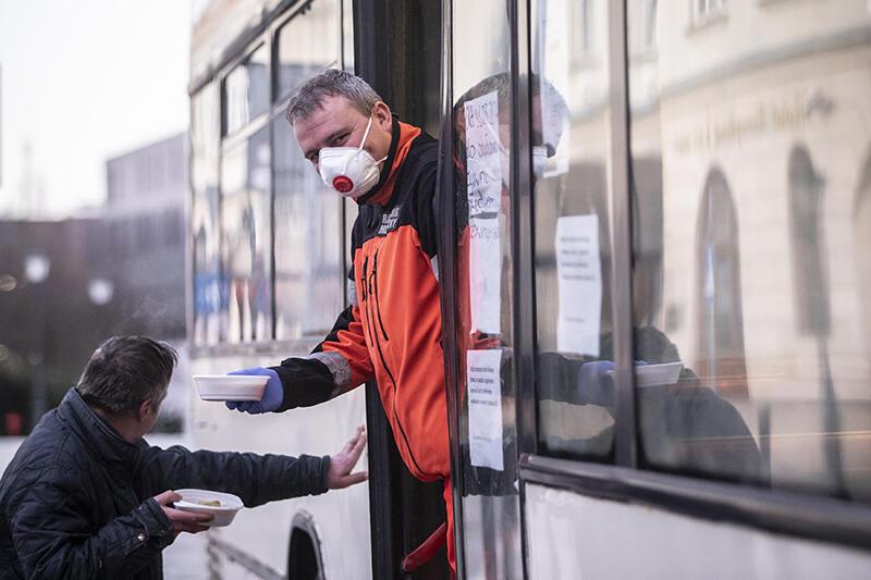 """01.04.2020. Przedłużone zostało działanie """"autobusu SOS – pomoc"""" dla osób w kryzysie bezdomności. Pierwotnie sezon mobilnego wsparcia miał się zakończyć 31 marca, jednak ze względu na epidemię jego działanie zostało przedłużone. W związku z obostrzeniami epidemiologicznymi w autobusie ciepła zupa w formie """"na wynos"""". Osoby bezdomne mogą ją otrzymać codziennie"""