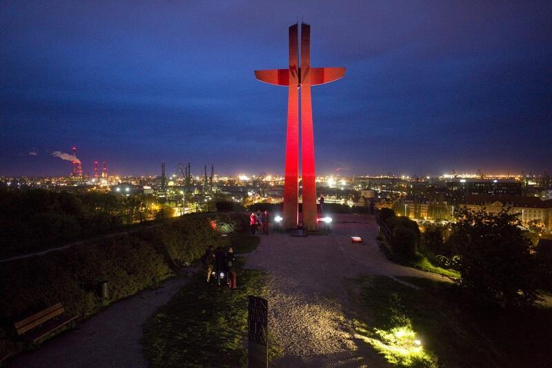Podświetlony Krzyż Milenijny na Górze Gradowej wGdańsku