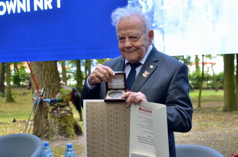 Prof Andrzej Januszajtis z Medalem 100-lecia Niepodległości