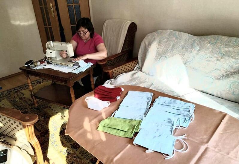 Wolontariuszka szyjąca w domowym zaciszu