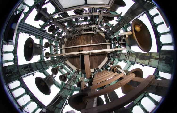 Gdańsk jest jedynym miastem w Polsce, które może poszczycić się działającymi carillonami. Jeden z tych wyjątkowych instrumentów znajduje się w Ratuszu Głównego Miasta