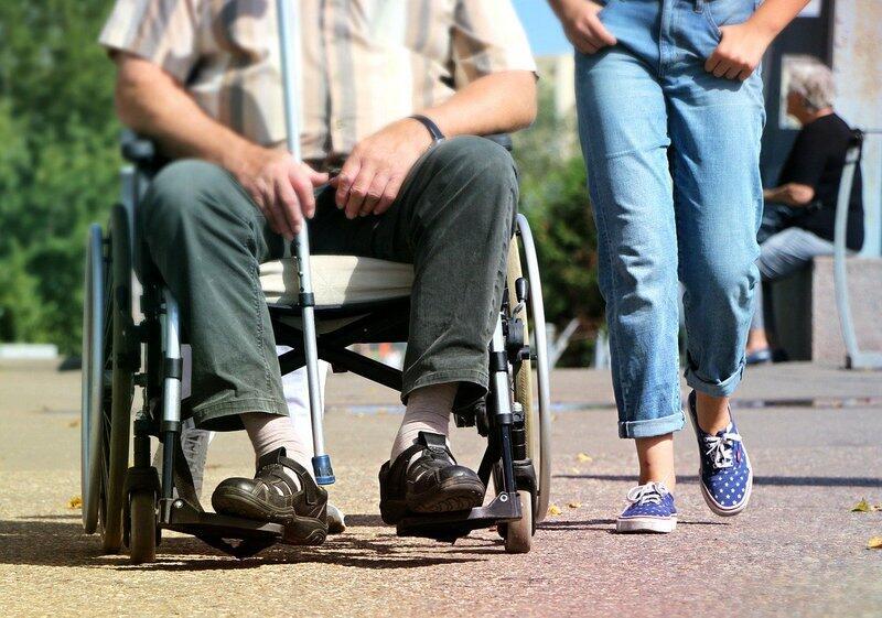 Rozprzestrzeniająca się pandemia koronawirusa i wprowadzone w związku z tym obostrzenia dotykają także osoby niepełnosprawne i ich opiekunów (zdjęcie ilustracyjne)
