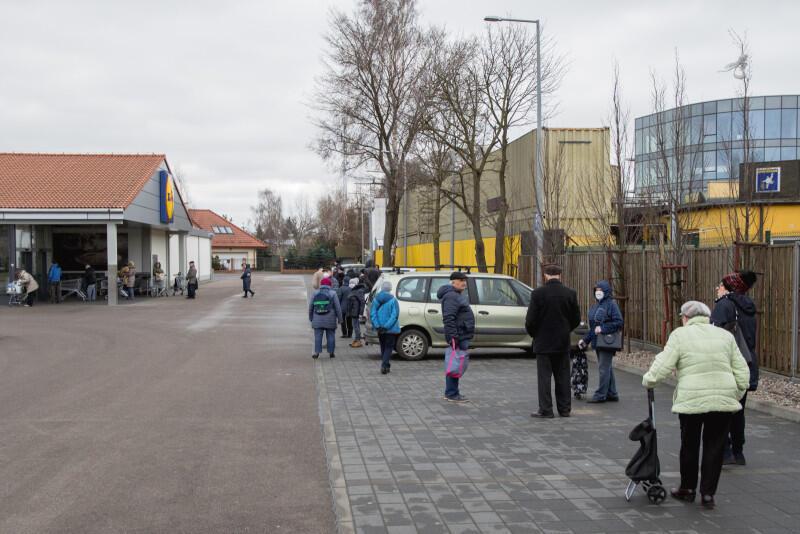 Ludzie czekający na wejście do sklepu Lidl w Brzeźnie ul. Gdańska