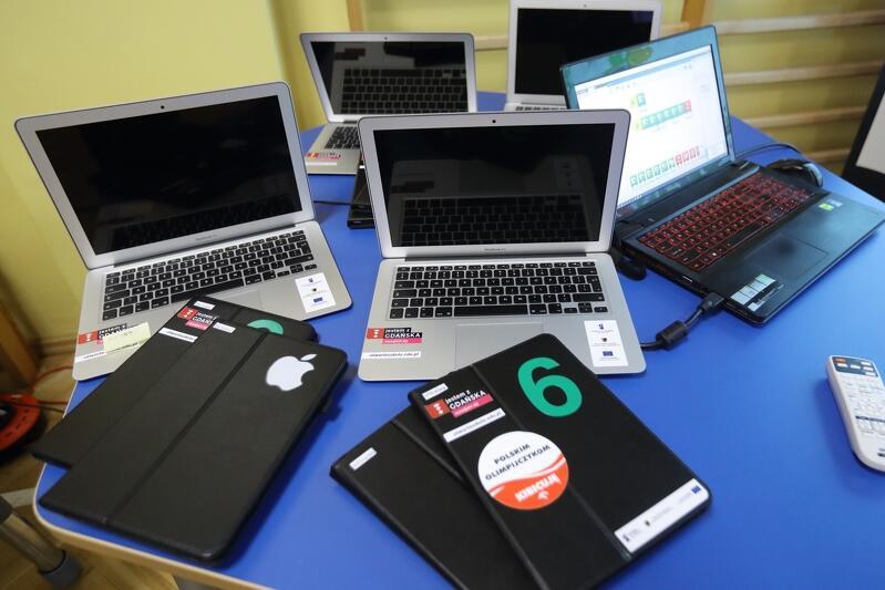 W Gdańsku 1,8 tys. uczniow i nauczycieli nie ma dostępu do sprzetu komputerowego lub internetu. Podczas epidemii gdańskie szkoły doposażają osoby wykluczone cyfrowo