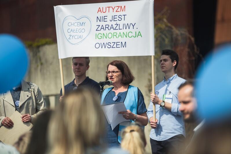Małgorzata Rybicka, przewodnicząca Stowarzyszenia Pomocy Osobom Autystycznym przemawia podczas ubiegłorocznego Marszu Gdańsk Solidarnie dla Autyzmu