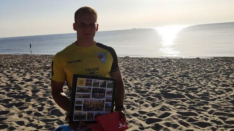 Cezary Dobrzelecki jest trenerem piłki nożnej, trenerem personalnym, prowadzi zajęcia online. Na zdjęciu na plaży w erze sprzed koronawirusa