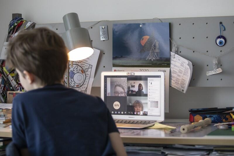 10-letnie Janek, gdański uczeń klasy V, w trakcie e-lekcji. Jeśli w domu dostępu do komputera potrzebuje jednocześnie dwoje lub troje dzieci, problem jest poważny