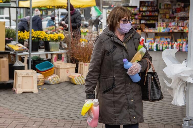 Maseczki ochronne na twarzy nie są obowiązkowe, ale są wskazane, zwłaszcza w sytuacjach gdy wiemy, że możemy spotkać więcej osób, np. w sklepie