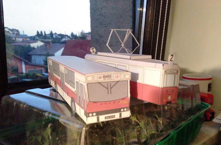 ...i papierowej, obok złożony model Jelcza 110. Jeden z fanów pochwalił się swoimi dziełami na Fb organizacji
