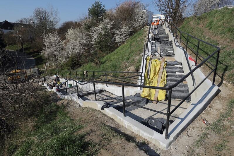 Nowe schody powoli nabierają już ostatecznego kształtu