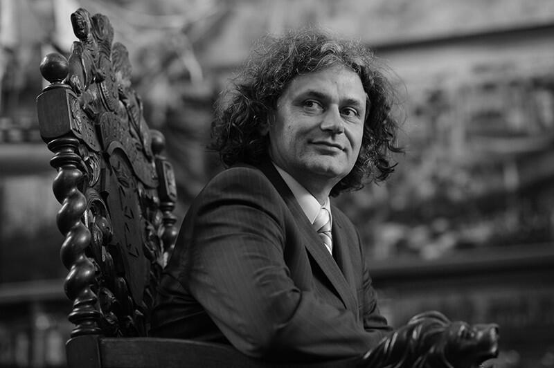 Maciej Kosycarz (1964-2020) był pracowity, pogodny, zawsze życzliwy. W Gdańsku znali go prawie wszyscy. Był cenionym fotoreporterem i społecznikiem, za swoje zasługi otrzymał m.in. Medal św. Wojciecha i księcia Mściwoja II