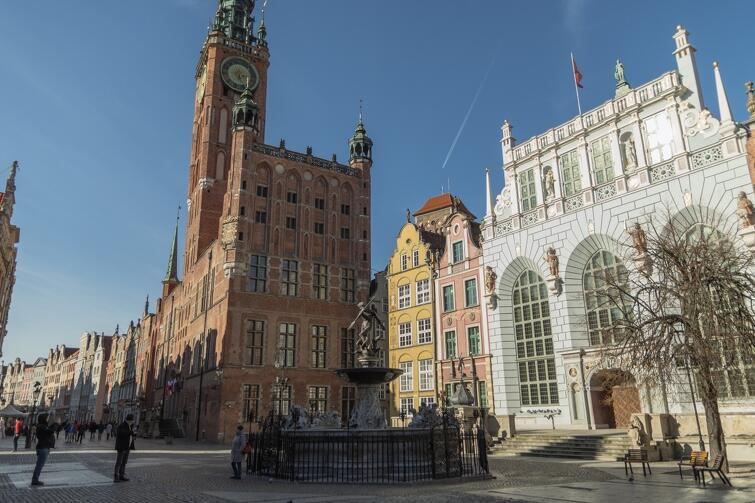 Jedno z tych wyjątkowych miejsc, dzięki którym Gdańsk jest rozpoznawalny na całym świecie. Ratusz Głównego Miasta i Dwór Artusa (po prawej) przy Długim Targu - oba te obiekty są siedzibami Muzeum Gdańska. Całość dopełnia fontanna Neptuna, jeden z najważniejszych symboli miasta