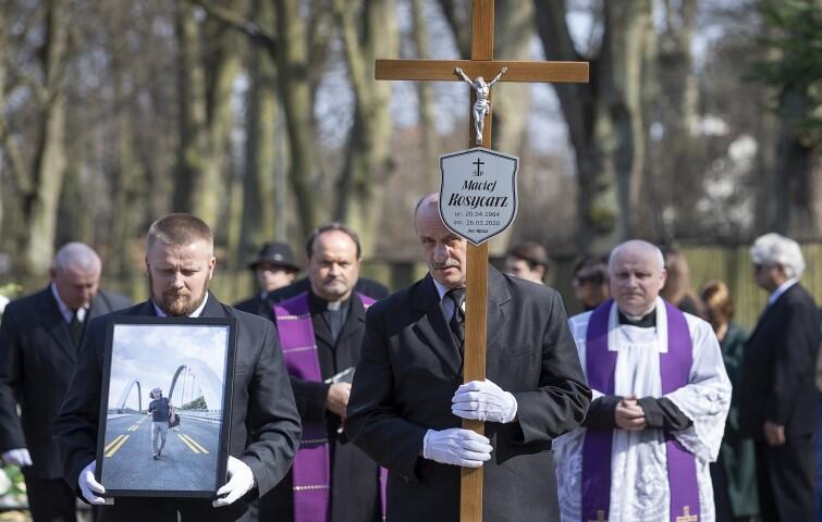 Uroczystości pogrzebowe odbyły się na Cmentarzu Oliwskim w Gdańsku. Z powodu pandemii Maciejowi Kosycarzowi w ostatniej drodze towarzyszyć mogła tylko najbliższa rodzina