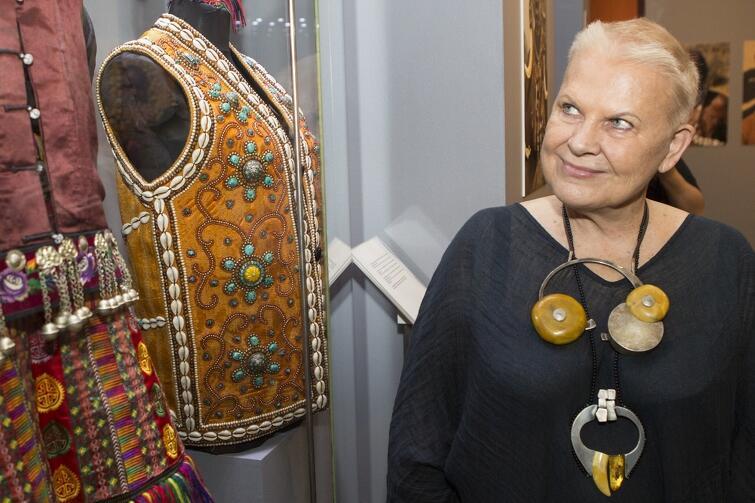 Muzeum Bursztynu w ciągu 14 lat istnienia wyrobiło sobie tak mocną markę, że w ubiegłym roku odwiedziło je 125 tys. osób. Atrakcji nie brakuje. Nz. popularna podróżniczka Elżbieta Dzikowska, która w 2016 r prezentowała w Muzeum Bursztynu swoje zdjęcia i zbiory etnicznej biżuterii z bursztynu wydobywanego w różnych częściach świata