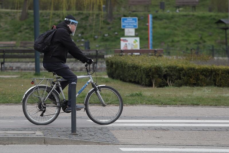 01.04.2020. Ulica Kartuska. Mężczyzna w przyłbicy podróżuje rowerem