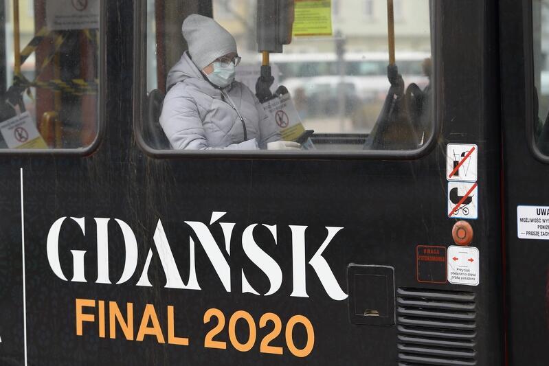 01.04.2020. Gdańsk Finał 2020. Pasażerka tramwaju ujęta w z katastroficznym przesłaniem. Na szczęście cały napis to UEFA EUROPA LEAGUE GDAŃSK FINAL 2020