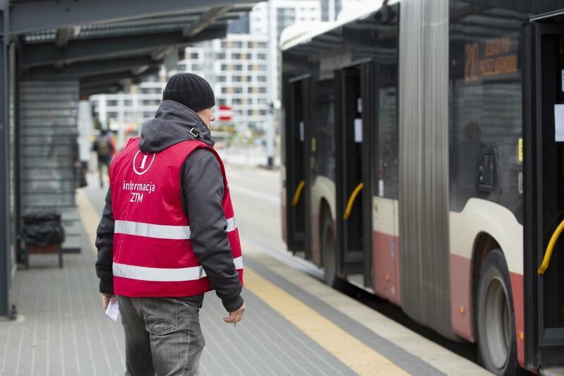 02.04.2020. Trwa liczenie pasażerów komunikacji miejskiej. Według najnowszych przepisów w pojazdach może znajadować się ilość osób równa połowie miejsc siedzących.
