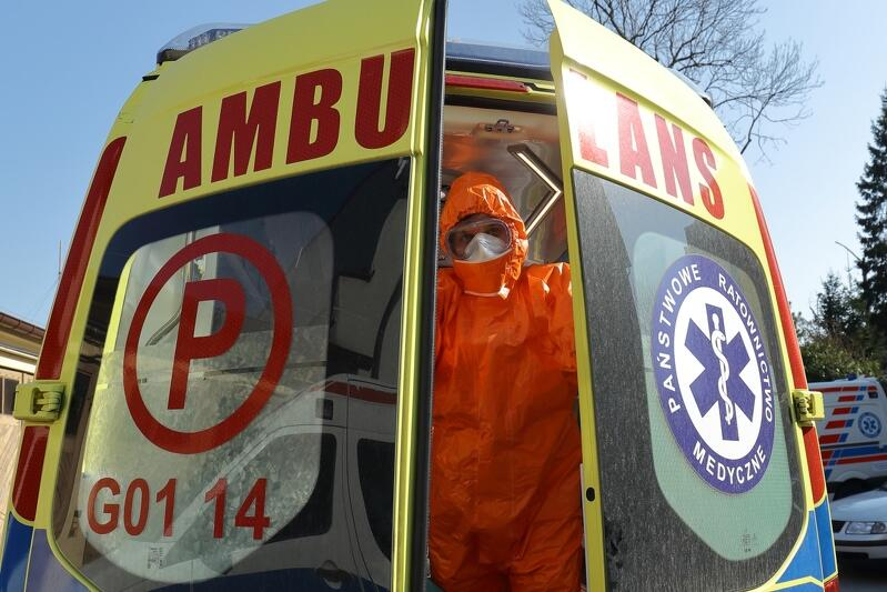07.04.2020. Ratownicy medyczni ubrani w specjalne kombinezony chroniące ich przed zarażeniem się wirusem COVID-19