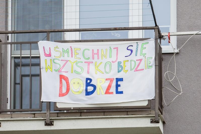 02.04.2020. Gdańsk, ul. Wyzwolenia. Pocieszający transparent - uśmiechnij się, wszystko będzie dobrze