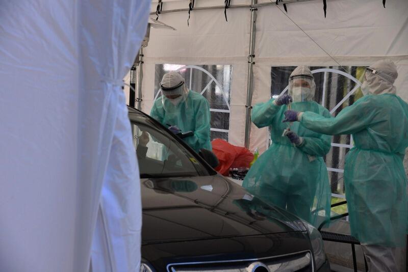 Centrum testowe COVID-19 drive-thru działa przy Instytucie Medycyny Morskiej i Tropikalnej Gdańskiego Uniwersytetu Medycznego (GUMed)