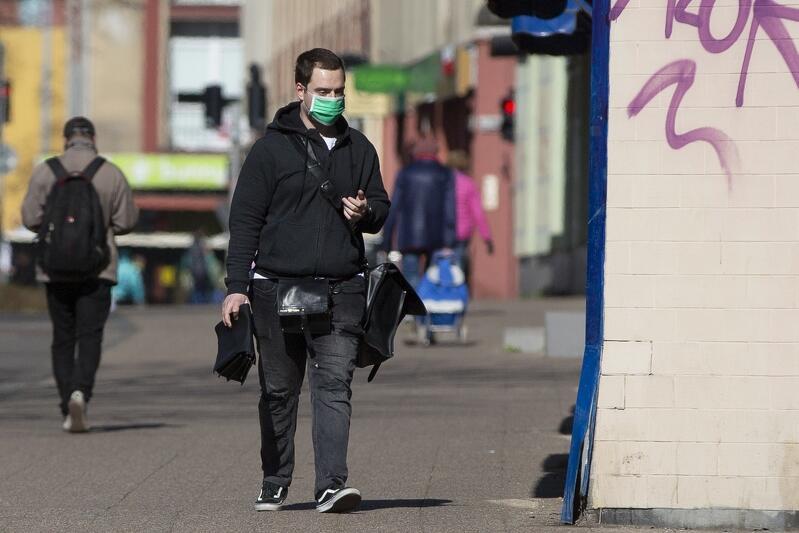 Al. Grunwaldzka, Wrzeszcz, 10 kwietnia - coraz więcej gdańszczan, nie czekając datę wejścia rządowego rozporządzenia w życie, nosi maseczki na ulicy