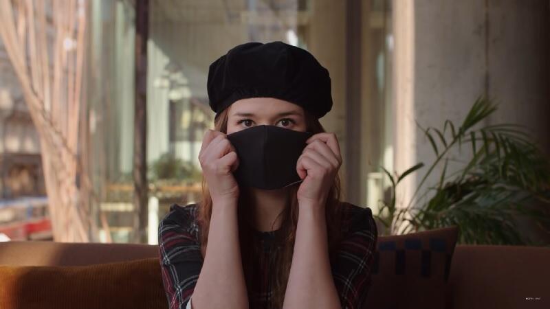Kadr z filmu pt. `Jak wyraźnie spowolnić koronawirusa? Maseczki dla wszystkich`, w którym czeska aktorka Aneta Kernova przekonuje, że nie ma innej drogi