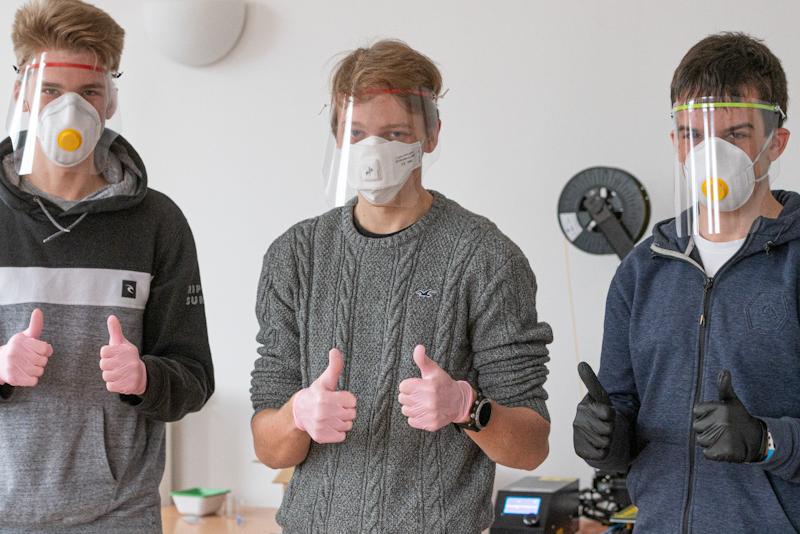 Trzech licealistów: Kacper Falkiewicz, Mike Ryan i Nicolas Rauber, wydrukowali dotąd ponad 3000 przyłbic, które przekazali m.in. trójmiejskim szpitalom
