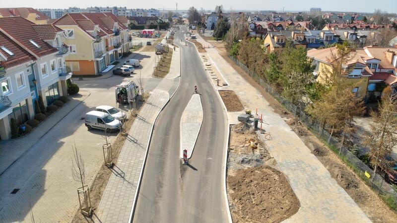 Na ul. Koziorożca trwają prace brukarskie na chodnikach izatokach postojowych