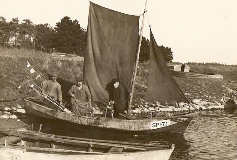 Port w Świbnie, dawniej Śpiewowie, początek lata 50. XX wieku. Waldemar Nocny: - Łódź SPI-71, na której w latach 50. pływał mój ojciec Stanisław (pośrodku). Po obu jego stronach dwaj jego szwagrowie, stanowili więc rodzinną załogę łodzi poławiającą samodzielnie (prywatnie) w Przekopie Wisły i w Zatoce Gdańskiej, w późniejszych latach wstąpili do miejscowej spółdzielni rybackiej