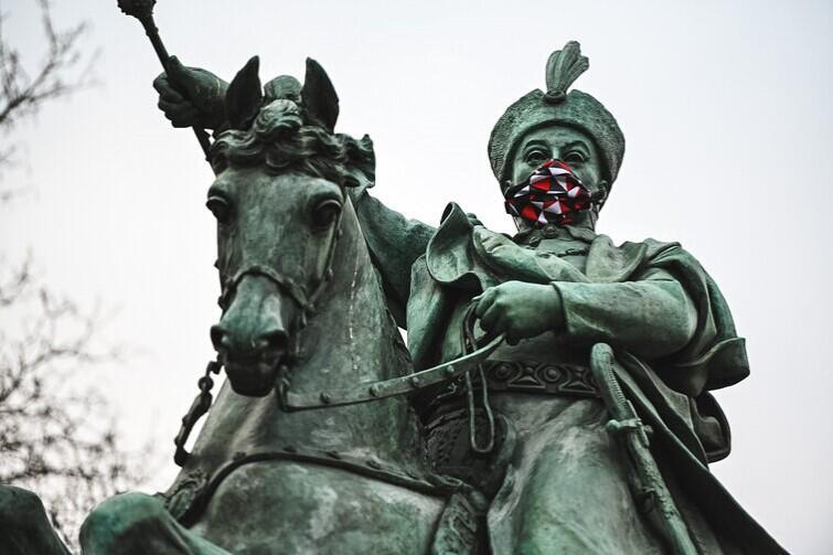 Król Jan III Sobieski ubrał maskę z godnością. Zapytał czy organizatorzy akcji mają też maskę dla jego rumaka, ale w odpowiedzi usłyszał, że to zbędne, bowiem konie nie są podatne na zakażenie koronawirusem
