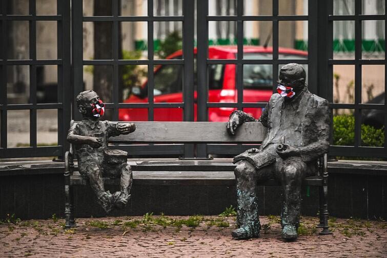 Grass i Oskarek jak zwykle siedzieli na ławce we Wrzeszczu. Poprosili o dwa rozmiary masek - dla dorosłego i dla dziecka