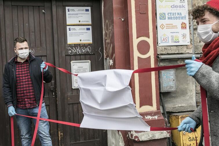 Organizatorzy akcji maseczkę ustawili nawet przed wejściem do muzeum wnętrz mieszczańskich - Domu Uphagena przy ul. Długiej
