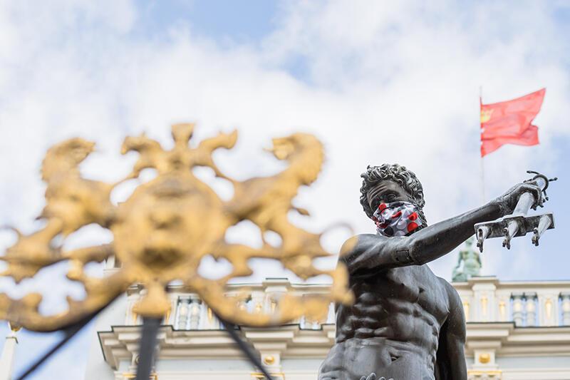 16.04.2020. Epidemia COVID-16, od 16 kwietnia zakrywanie nosa i ust jest obowiązkowe. Solidarnie z mieszkańcami w maseczki zostały wyposażone gdańskie pomniki. Wśród nich oczywiście najważniejszy i najsłynniejszy, czyli Fontanna Neptuna na Długim Targu