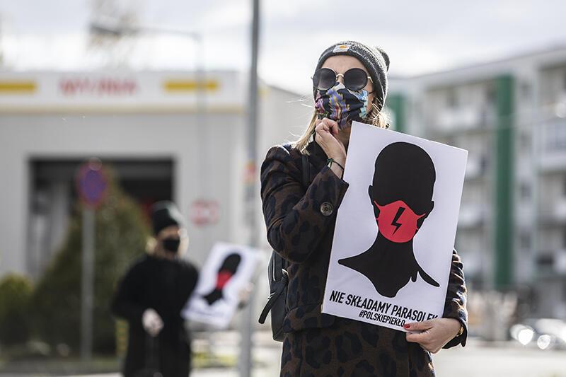 14.04.2020. Akcja protestacyjna pod sklepem spożywczym Biedronka na gdańskim Suchaninie przeciwko projektowi ustawy o całkowitym zakazie aborcji. Podczas pandemii protestujący mogą mieć zasłonięte twarze