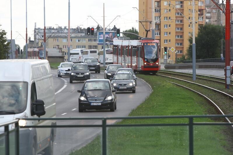 Od wtorku tramwaje nie będą jeździły między Śródmieściem a Przeróbką i Stogami. Na około dwa tygodnie trzeba przesiąść się do autobusów. Dzięki tej zmianie będzie możliwy dalszy postęp w pracach nad przebudową skrzyżowania ul. Podwale Przedmiejskie z Łąkową. Powstanie tam m.in. naziemnie przejście dla pieszych, podobnie jak wcześniej, na skrzyżowaniu z Chmielną