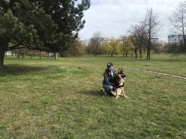 Pani Emilia i suczka Isha przed wprowadzeniem obostrzeń w Parku im. Jana Pawła II były codziennie. Od poniedziałku 20 kwietnia ich spacerowa sfera życia wróci do normy
